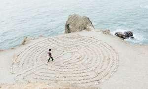meditación activa caminando en un laberinto
